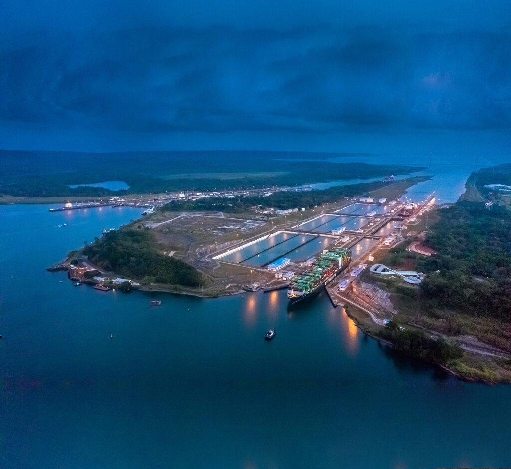 Vista nocturna y aérea del Canal de Panamá