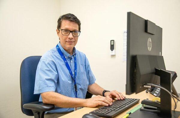 El Dr. James Denham, médico ocupacional del Canal de Panamá