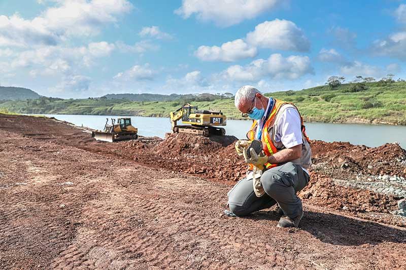 Nacionalizado panameño, el geólogo y físico Mauricio Lacerda, lleva 21 años estudiando las rocas canaleras.
