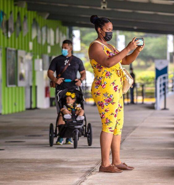 Turistas en el Centro de Visitantes de Agua Clara
