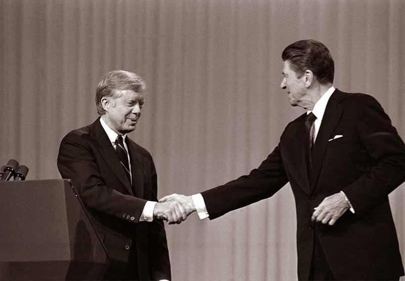 Jimmy Carter (izq.) y Ronald Reagan en un debate presidencial.